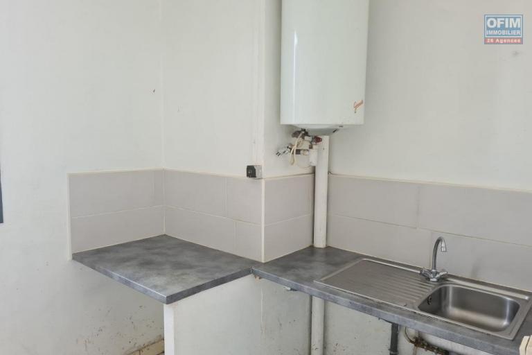 A vendre joli appartement de type F3 d'environ 55 m² au centre ville de St Benoit