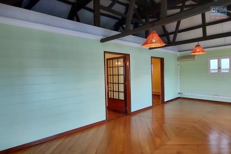 Maison créole de 218 m2 sur terrain de 137 m2 et terrain de 473 m2 - Etage
