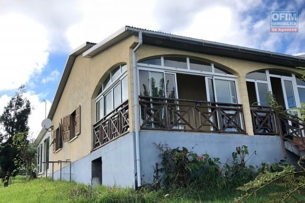 A vendre maison de type 4 de 160 m2 sur 900 m2 de terrain avec vue mer .