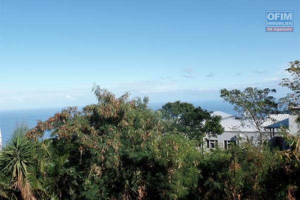 Appartement T2 de 50.67 m² habitables + 11.20 m² de varangue et 28 m² de jardin + un box fermé de 15.44 m² sortie des Avirons coté Piton St Leu avec petite vue mer