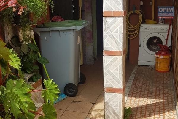 A vendre maison 2 pièces avec 2 garages en sous sol avec vue mer à trois bassins .