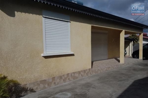 Maison F5 de 160 m² implantée sur 648 m² de terrain en fond d'impasse, plein centre ville d'Étang Salé les Hauts avec Jacuzzi et garage.