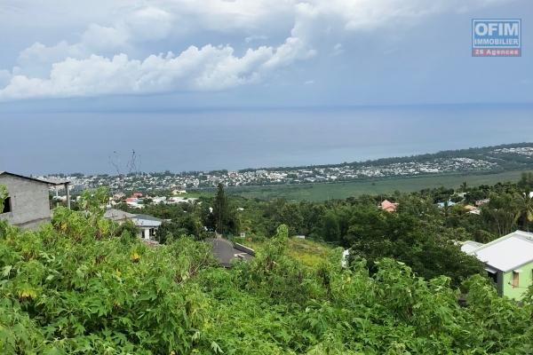Terrain rectangle de 387 m² borné et viabilisé en légère pente, dans un petit lotissement avec vue mer et montagne, situé à 3 minutes du centre ville et des plages.