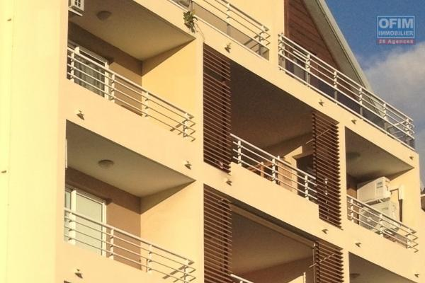 ofim vous propose à la vente un T2 de 55 m2 habitable , plus une varangue de 10 m2 et une place de parking, à bras panon.