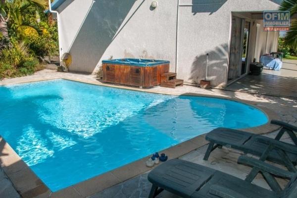 à vendre magnifique f4/5, de 190 m2, avec une jolie vue mer et océan, sur un beau terrain de 850 m2, avec une piscine au sel,  à sainte suzanne.