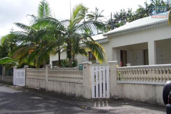 A vendre magnifique villa de type F7 en R+combles + de 150 m² habitables sur 719 m² de terrain située au dessus du quatorzième km avec vue mer et montagne