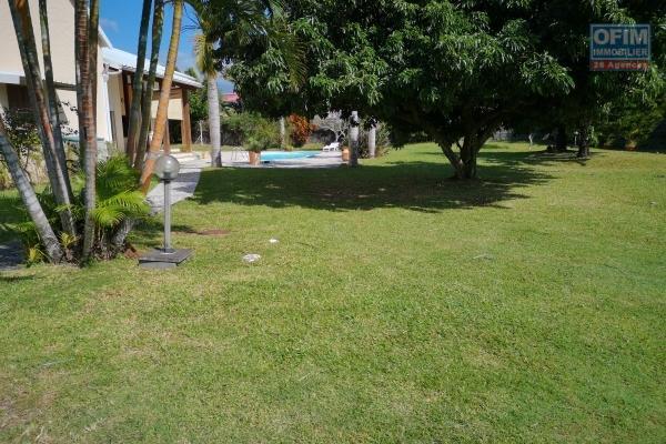 à vendre villa d'exception f5/6, de 180 m2 habitable,sur un superbe terrain plat de 1 450 m2, avec une piscine au sel,  proche du centre ville de saint andré.
