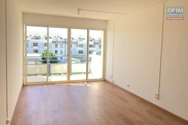 A Louer bel appartement de type F2 sur la résidence les Ambrevattes à Sainte Clotilde.