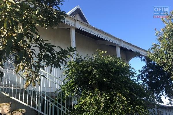 A vendre maison mitoyenne de type 4/5 à st gilles les hauts.