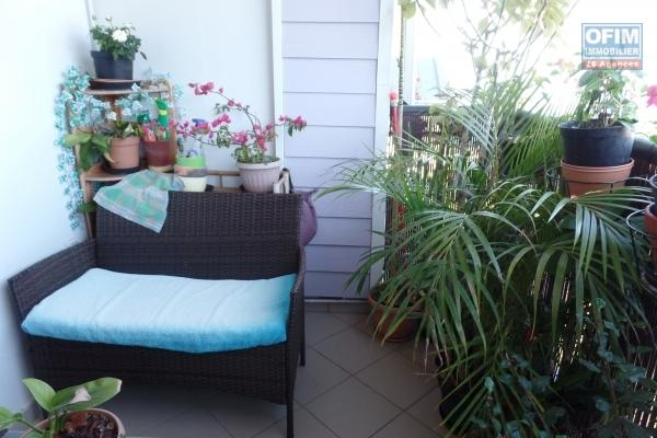 Appartement de 77.73 m² + 19.42 m² de terrasse, jardin privatif de 40 m² et deux places de parking avec vue mer plein centre ville des Avirons.