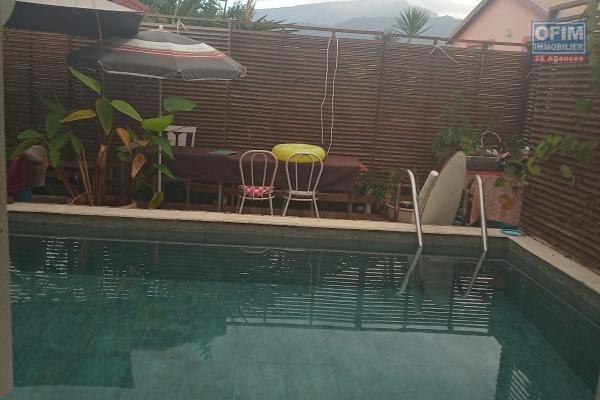 Maison F6 + un F2 de 323 m² habitables + 40 m² de pool house implantée sur 1700 m² avec une piscine au sel de 5 x 10 m à débordement et ruisseau propre et végétalisé.