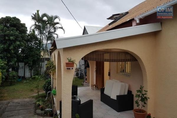 A louer magnifique villa avec deux garages de type F5/6 d'environ 126 m² au Tampon 19 éme