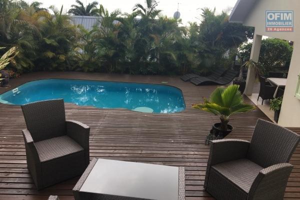 En vente, belle Villa  avec piscine et magnifique vue mer, sur les hauteurs de St Denis dans quartier calme et prisé de La Montagne