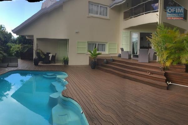 à vendre superbe propriété avec une maison pricipale de 430 m2 utilisable, 1 t2 de 104 m2 et 1 t5 de 166m2, le tout sur un magnifique terrain arboré de 5300 m2 avec vue océan et montagne à beaumont les hauts sainte marie.