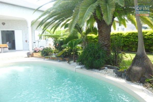 Maison F5 de 175 m² + 18 m² de terrasse, construite en 2013 avec piscine, garage, bungalow et vue mer imprenable.
