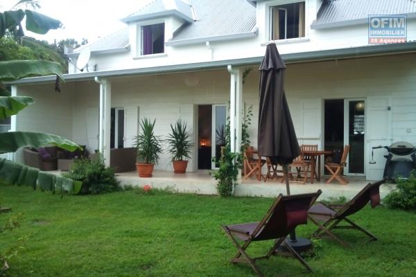 A louer magnifique villa d'environ 180 m² avec piscine et garage, dans quartier résidentiel Terre Sainte St Pierre