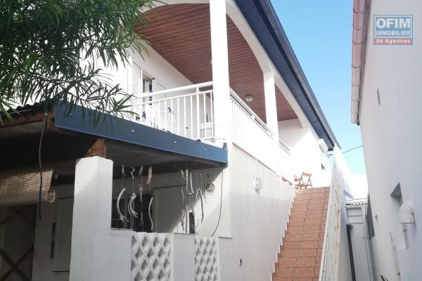 Maison plain pied de 165 m² implantée sur un terrain plat de 733 m² avec vue ravine/montagne.