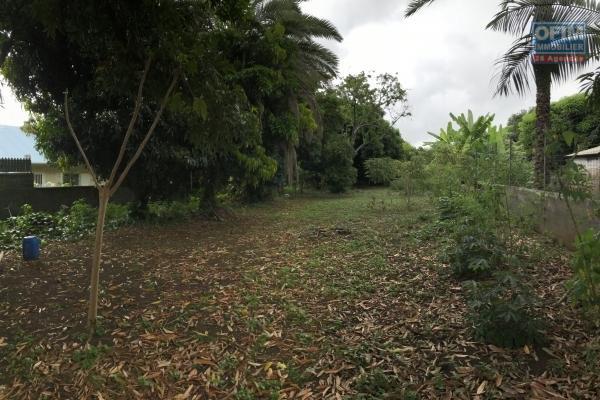 Terrain plat et borné de 1220 m² en fond d'impasse sur la route des Canots proche centre ville d'Etang Salé les Hauts à moins de 100 m d'altitude, viabilisation proche.