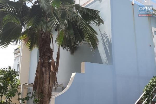 A LOUER à 5 mn de la plage beau  DUPLEX de type F3 de 65,62 m2 avec cour à la Saline les Bains à 860 euros