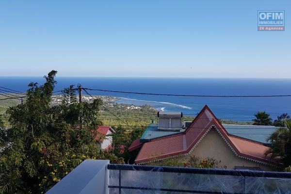 A LOUER spacieuse villa de type F6/7 de 150m2 avec PISCINE et magnifique vue sur la baie de Saint-Paul