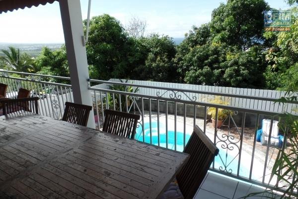 Magnifique maison F5++ de 340 m² de surface utile sur 5000 m² de terrain en bordure de ravine avec pleine vue mer et montagne