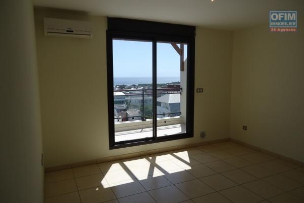 A louer T2 neuf avec terrasse et vue mer dans la résidence Castel Roc à Sainte Clotilde