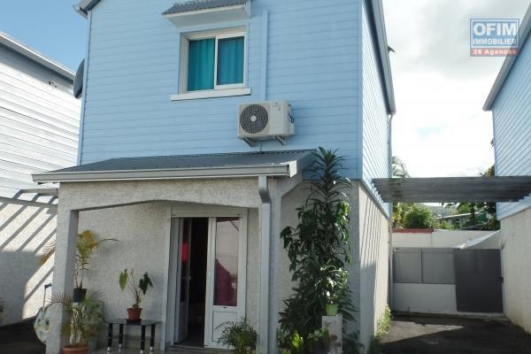 Maison individuelle en R+1 de type F3 de 62.18 m² habitables et une arrière cour fermée de 20 m² avec une place de parking privative à coté de la maison.