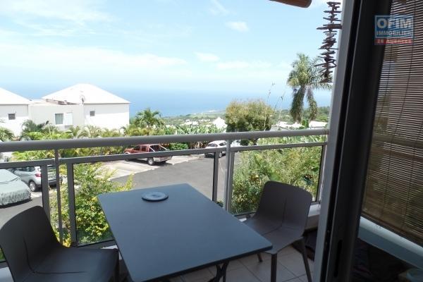 Appartement T4 de 77.14 m² + 19.22 m² de terrasse situé au 1er étage avec jardin privatif de 150 m², parking, centre ville des Avirons.