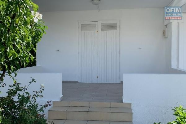 A LOUER// Spacieuse villa à étage de type F4+ mezzanine et grand jardin clôturé sur Saint-Gilles Les Bains