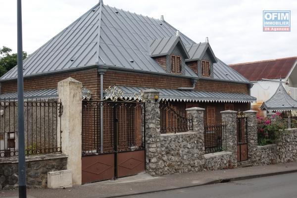 LOCAL COMMERCIAL AVEC PARKING CENTRE VILLE SAINT PIERRE
