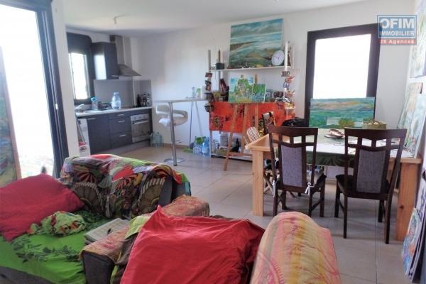 Appartement T2 en RDJ de 55.35 m² + une cave de 5.39 m² fermée, vue mer/parking, varangue, plein centre ville, sans nuisance sonore ni visuelle.