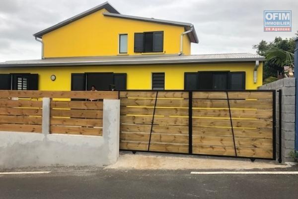 A louer jolie maison jumelée sur l'arriére entiérement rénovée de type F3 d'environ 80 m² à St Joseph proche du centre ville