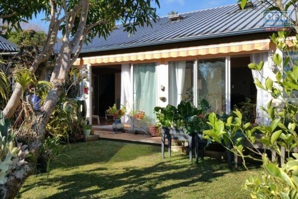 A vendre maison de type 5 de 200 m2 habitable sur 821 m2 de terrain avec jacuzzi à st-paul.