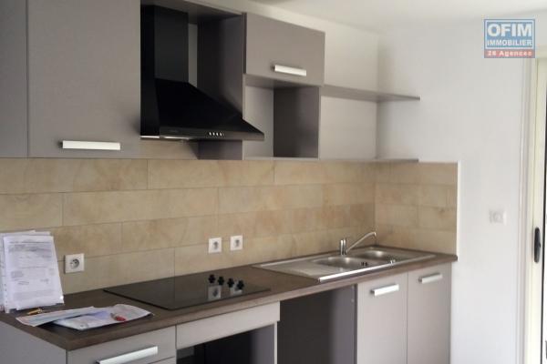 A louer cet appartement F3/4 Récent sur la résidence PALMEA à Sainte Clotilde rue Thérésien CADET.