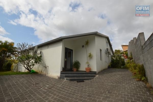 ofim vous propose la vente de cette magnifique villa F4/5 construite en 2013 de 140 m2 habitable, sur un trés beau terrain plat de 462 m2 sur les mi-hauts de sainte suzanne.