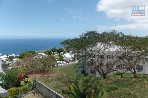 Appartement F4 duplex de 80 m² de surface utile avec varangue, vue mer et montagne proche centre ville