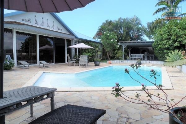 Magnifique maison F5 de 300 m² de plain pied, implantée sur 1012 m² de terrain, garage, piscine, grands volume avec vue mer et montagne