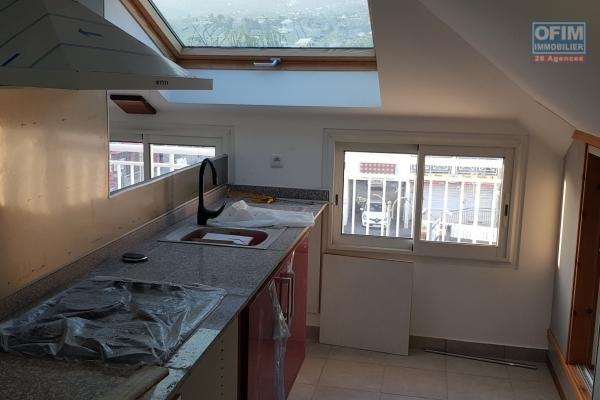 A Louer Appartement de type T2 atypique au 2ème étage d'une petite résidence centre ville de l'Etang Salé les hauts