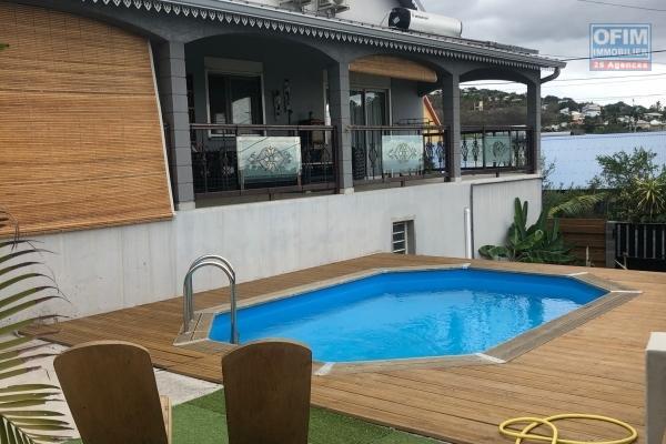 A vendre maison de type 6 avec piscine plus un sous-sol aménagé d'un local professionnel à la plaine st-paul.