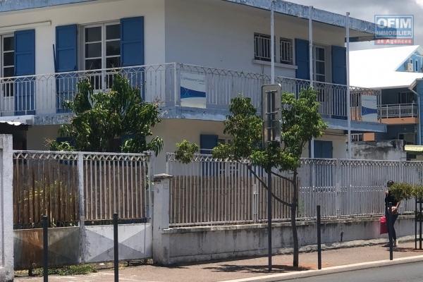 À vendre maison de type 7 plus dépendance sur 280 m² de terrain à St Paul centre.