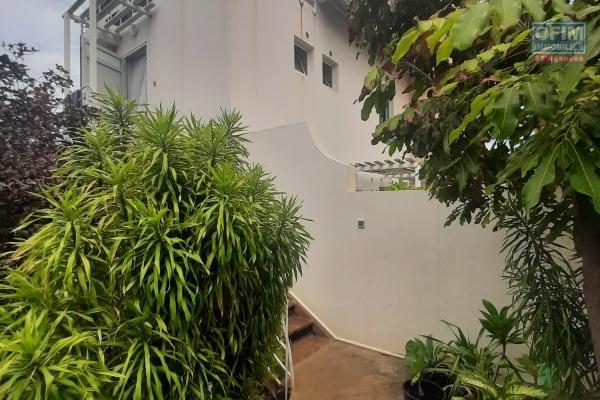 A LOUER// Appartement DUPLEX de type F3 de 65,62m2+ cour sur la Saline Les Bains à 950,00 euros!