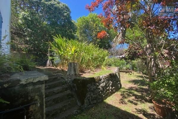 A louer villa T5/6 à La Montagne, avec piscine et jardin arboré, vue mer plus une dépendance.
