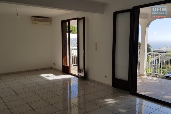Appartement T4 en RDC de 79,04 m² + 17,80 m² de varangue, vue mer, jardin privatif de 169 m² avec deux places de parking, plein centre ville des Avirons.