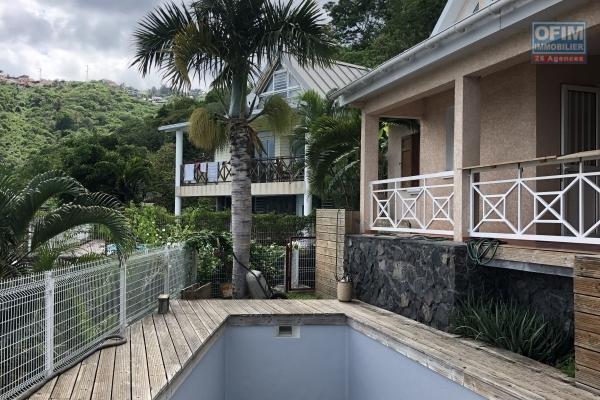 A vendre belle maison avec piscine et vue mer à la possession.