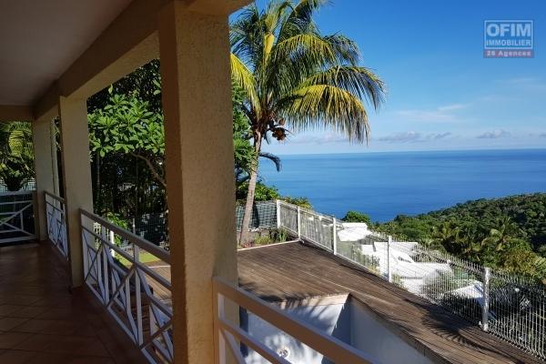 A vendre belle maison de type 4 avec piscine et vue mer à la possession.