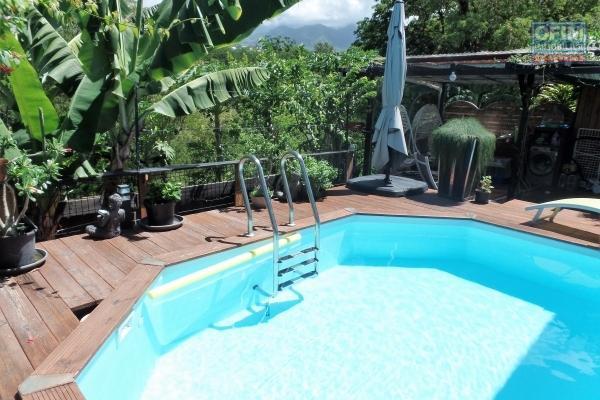 Maison F3+ avec varangue de 35 m², piscine chauffée, en fond d'impasse et bordure de ravine avec vue montagne, sans vis à vis.