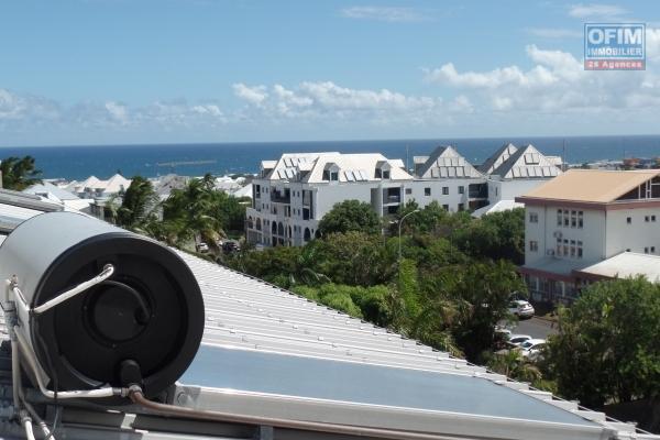 Appartement T4+ en duplex, plein centre ville de St Pierre avec varangue, terrasse avec vue mer, box fermé...en parfait état.