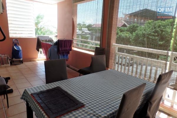 Appartement de type T3 situé au premier étage de 63.03 m² et 17.75 m² de varangue plein centre ville de St Pierre.