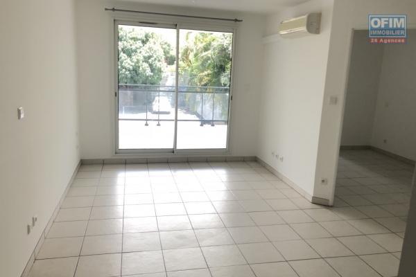 A vendre un joli appartement T2 avec vue montagne et parking privé à Saint Denis dans la résidence Flamboyant