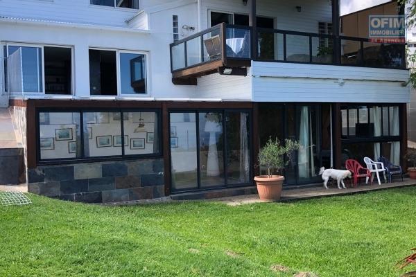 A vendre belle villa de type 5/6 de plus de 200 m2 avec vue mer à St-Paul.